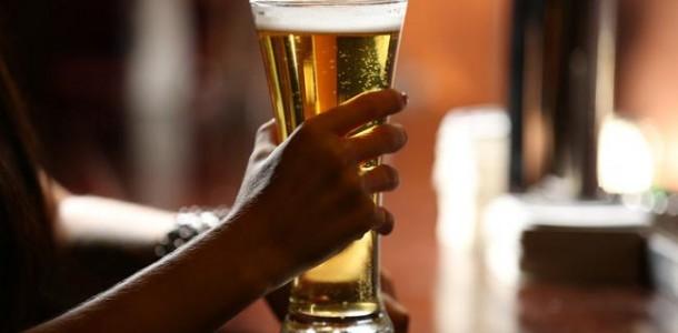 cerveja-maos-mulher