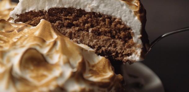 84cnzp0itw1q_4k5kVQnZgAYgkEyMYaykOE_bolo-de-chocolate-com-merengue_landscapeThumbnail_pt