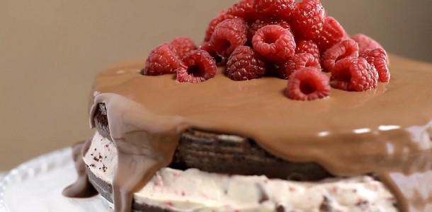 84cnzp0itw1q_5WiIZ6tKGksC6uCqWAuYGM_torta-de-chocolate-com-framboesa_landscapeThumbnail_pt