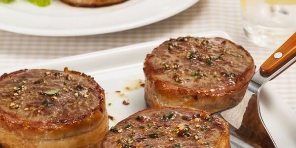 999-medalhoes-de-file-mignon-com-bacon-e-ervas